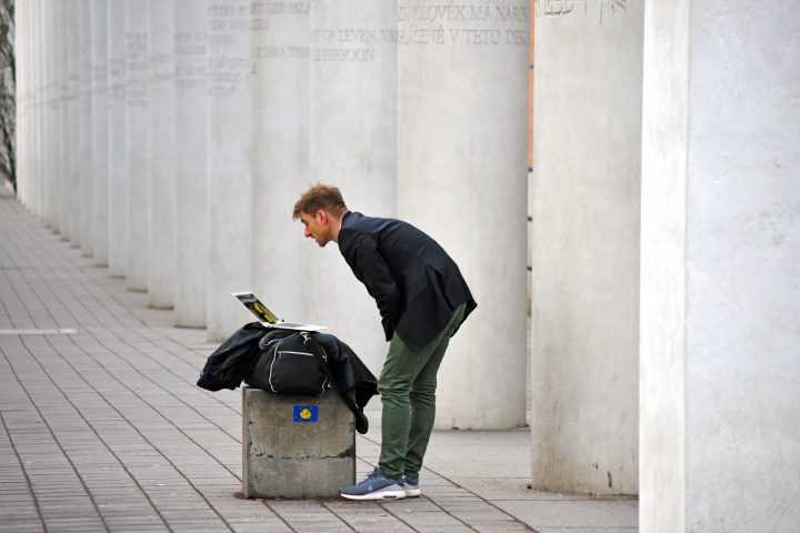 Mann guckt auf einen Laptop