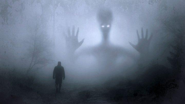 Mann im Nebel vor einer Geistersilhouette