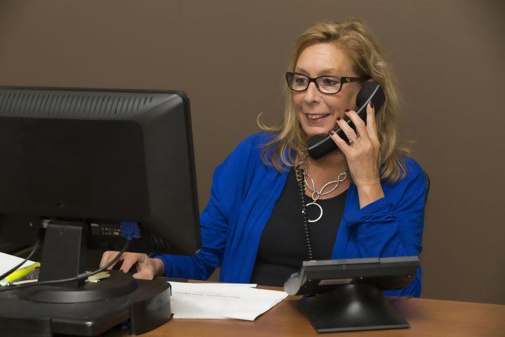Frau an Schreibtisch telefoniert, (c) Patrice Audet; , Pixabay-Lizenz 2020